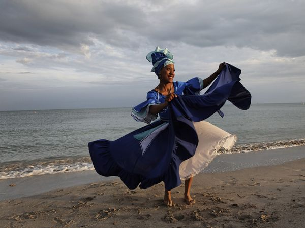 http://cigartime.ru/sites/default/files/images/stories/blogs/2011/2011-11-05/dance-beach-santeria-cuban_21955_600x450.jpg
